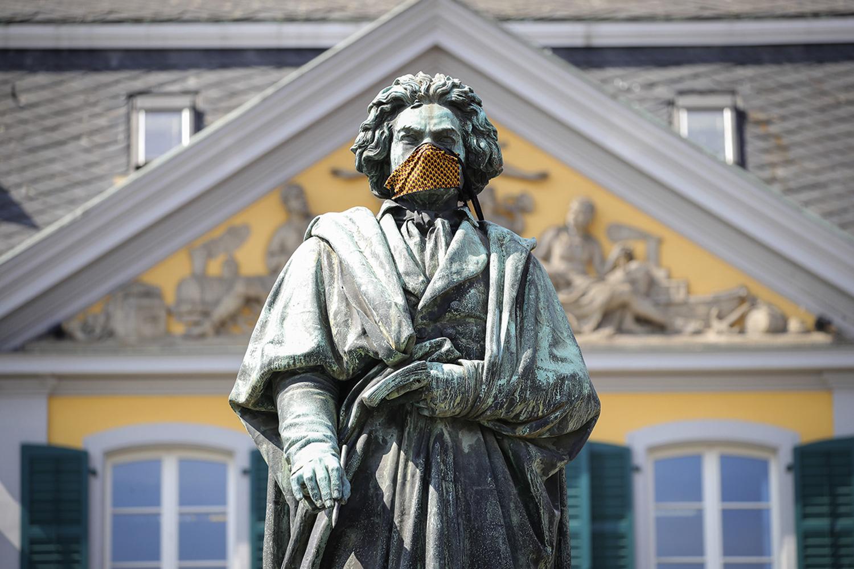PANDEMIA -Máscara em estátua de Beethoven na Alemanha: festa adiada -