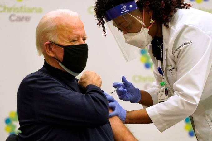 Joe Biden sendo vacinado