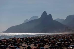 AME5937. RÍO DE JANEIRO (BRASIL), 20/12/2020.- Miles de personas se aglomeran hoy en la playa de Ipanema, en Río de Janeiro (Brasil). El presidente brasileño, Jair Bolsonaro, afirmó ayer sábado que la prisa por la compra de la vacuna contra la covid y su distribución no se justifica e insistió en que la pandemia está llegando a su fin en Brasil, pese a que los números de los últimos días evidencian una segunda ola más letal. EFE/Fábio Motta