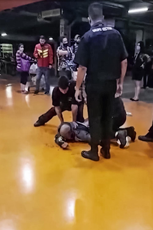 PORTO ALEGRE - Seguranças atacam João Alberto: na frente das câmeras -