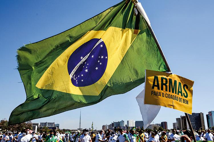 BANDEIRA -Bolsonaristas em ato: defesa do armamento foi tema na eleição -