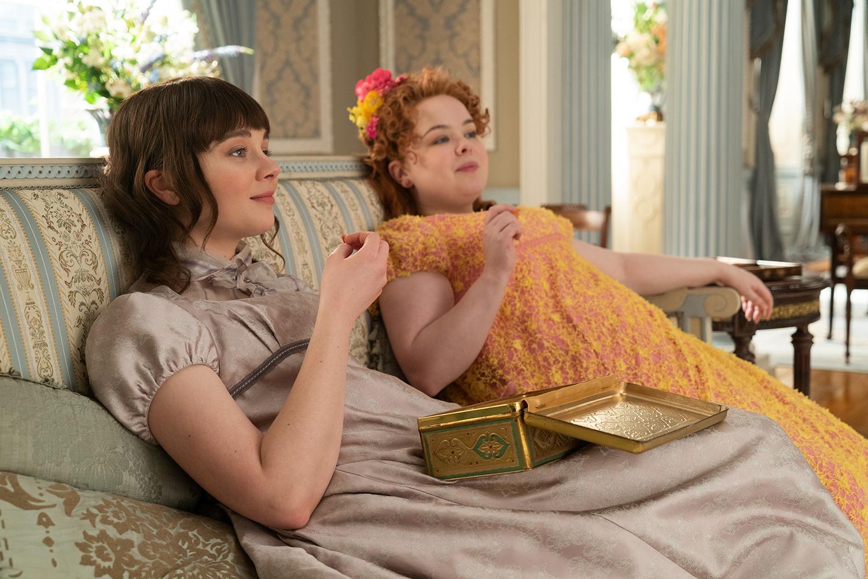 A empoderada Eloise (Claudia Jessie) e a romântica Penelope (Nicola Coughlan) na série 'Bridgerton'