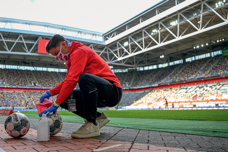 JOGO LIMPO - Futebol na Alemanha: bolas desinfetadas antes do jogo -