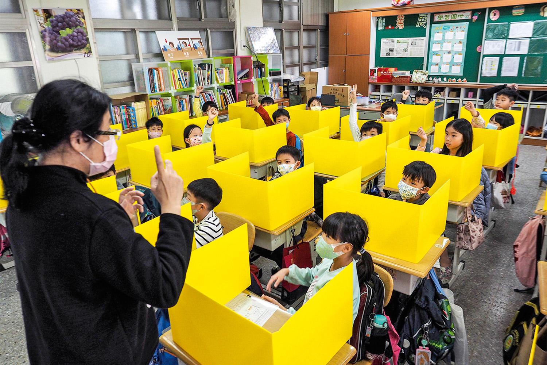 ESCUDOS - Escola em Taiwan: divisórias de papelão -