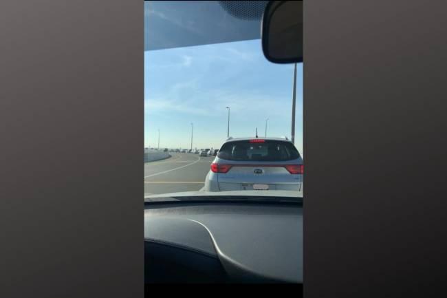 Fila de carros para tomar a vacina em Dubai, nos Emirados Árabes Unidos