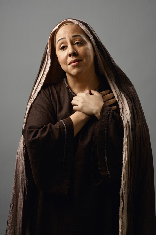 """IMACULADA - Maria (Evelyn Castro): enquanto o filho Jesus é acusado de ser """"bandido"""", a mãe exalta o rapaz ao dizer que """"o Messias cresceu e virou mito"""" -"""