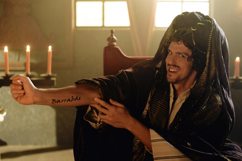 """VILANESCO - Caifás (Rafael Infante) no especial: pró-Barrabás e envolvido com rachadinhas, o sacerdote diz frases como """"tchau, querido, vai lá estancar essa sangria"""" -"""
