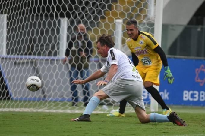 Jair Bolsonaro marcou um gol na Vila Belmiro em amistoso beneficente