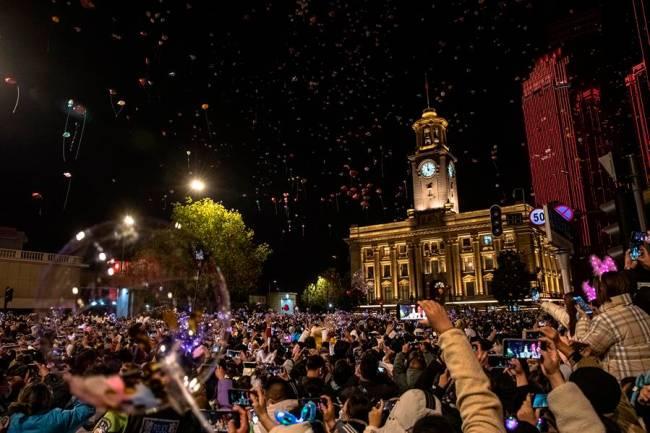 Multidão celebra a chegada de 2021 em Wuhan, cidade chinesa que foi o primeiro epicentro da pandemia do novo coronavírus -