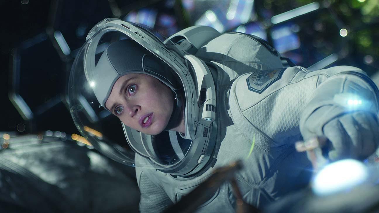 Felicity Jones em cena no filme O Céu da Meia-Noite