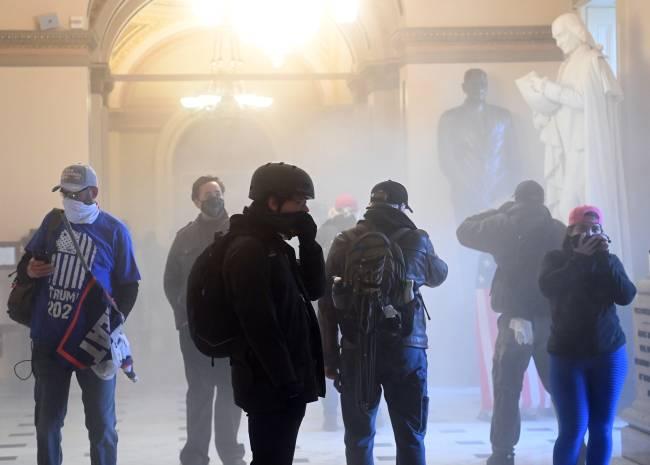 Bomba de gás lacrimogêneo explode dentro do Capitólio, deixando manifestantes atônitos