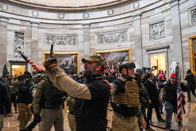 Apoiadores do presidente Donald Trump dentro do Capitólio, Washington. 06/01/2021