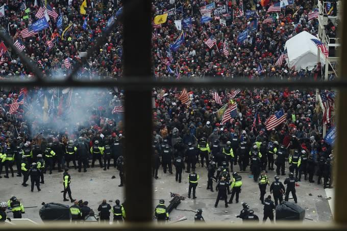 Polícia tenta impedir invasão ao Capitólio, sem sucesso