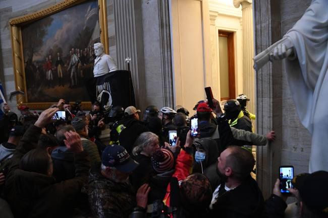 Manifestantes pró-Trump invadem o Capitólio