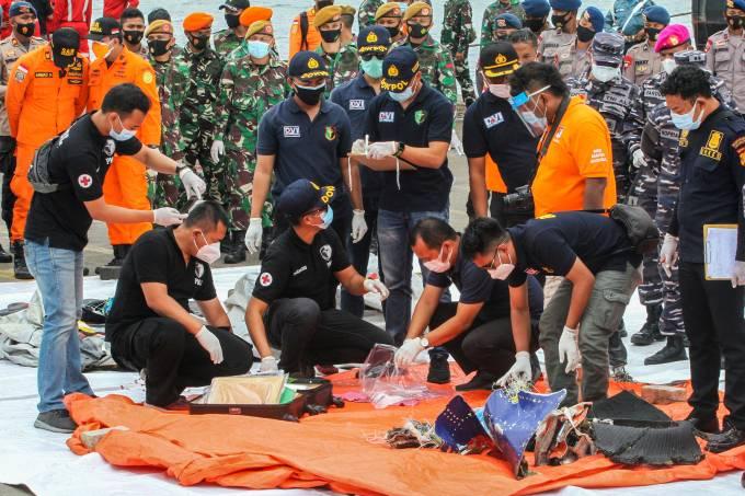 Equipe inspeciona itens recuperados e destroços do Boeing que caiu na Indonésia com 62 pessoas a bordo (10/01/2021)