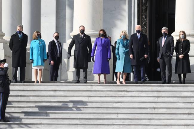 Nancy Pelosi e seu marido, Paul Pelosi, a vice-presidente Kamala Harris e seu marido, Doug Emhoff, e o presidente e a primeira-dama Joe e Jill Biden posam para fotos no Capitólio americano - 20/01/2020