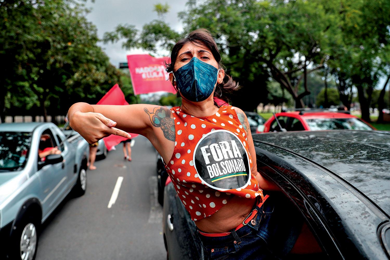 NO GRITO- São Paulo: manifestante protesta contra o governo durante carreata -