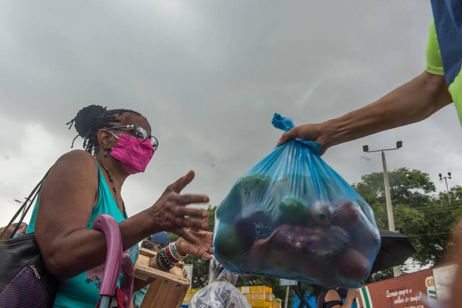 Alimentos sendo distribuídos na Ceagesp, em São Paulo -