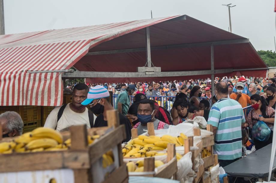 Fila para a retirada de alimentos na Ceagesp, em São Paulo -