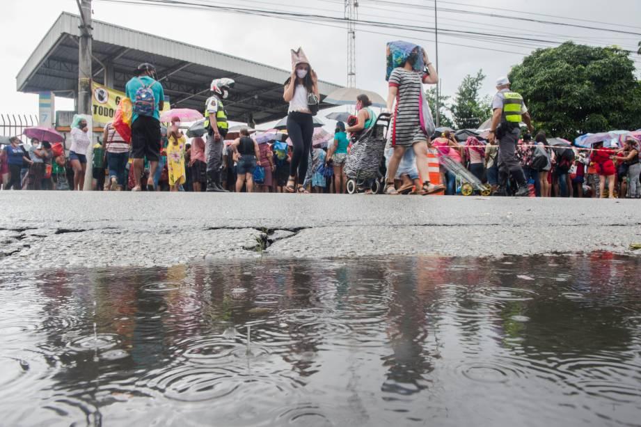 Sob chuva, muitos ainda esperavam para entrar na Ceagesp para retirar seus kits -