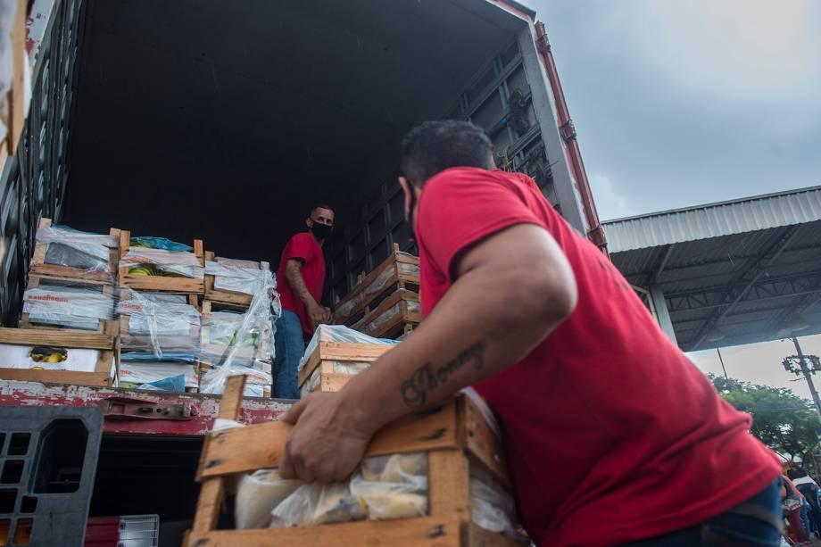 Distribuição de alimentos na Ceagesp, em São Paulo -