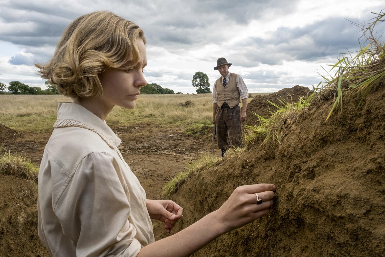 ÂNSIA DE SABER- Carey e Fiennes, como a dona das terras e o escavador que ela contratou: opostos que convergem -