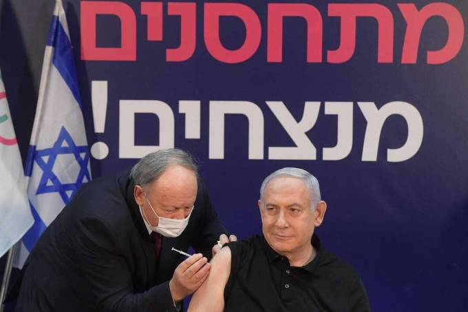 Primeiro-ministro de lsrael, Benjamin Netanyahu, recebe vacina em Tel Aviv