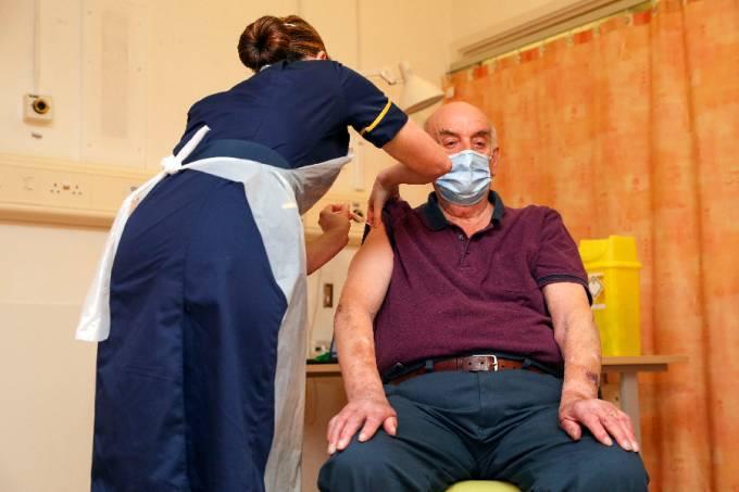 Primeira pessoa a receber a vacina de Oxford no Reino Unido