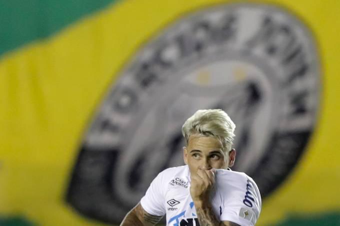 Yeferson Soteldo comemora gol do Santos diante do Boca Juniors