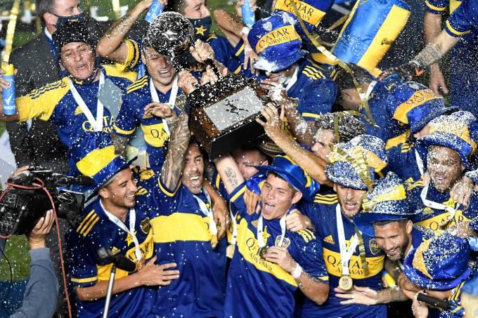 Atletas do Boca Juniors erguem a Copa Diego Armando Maradona