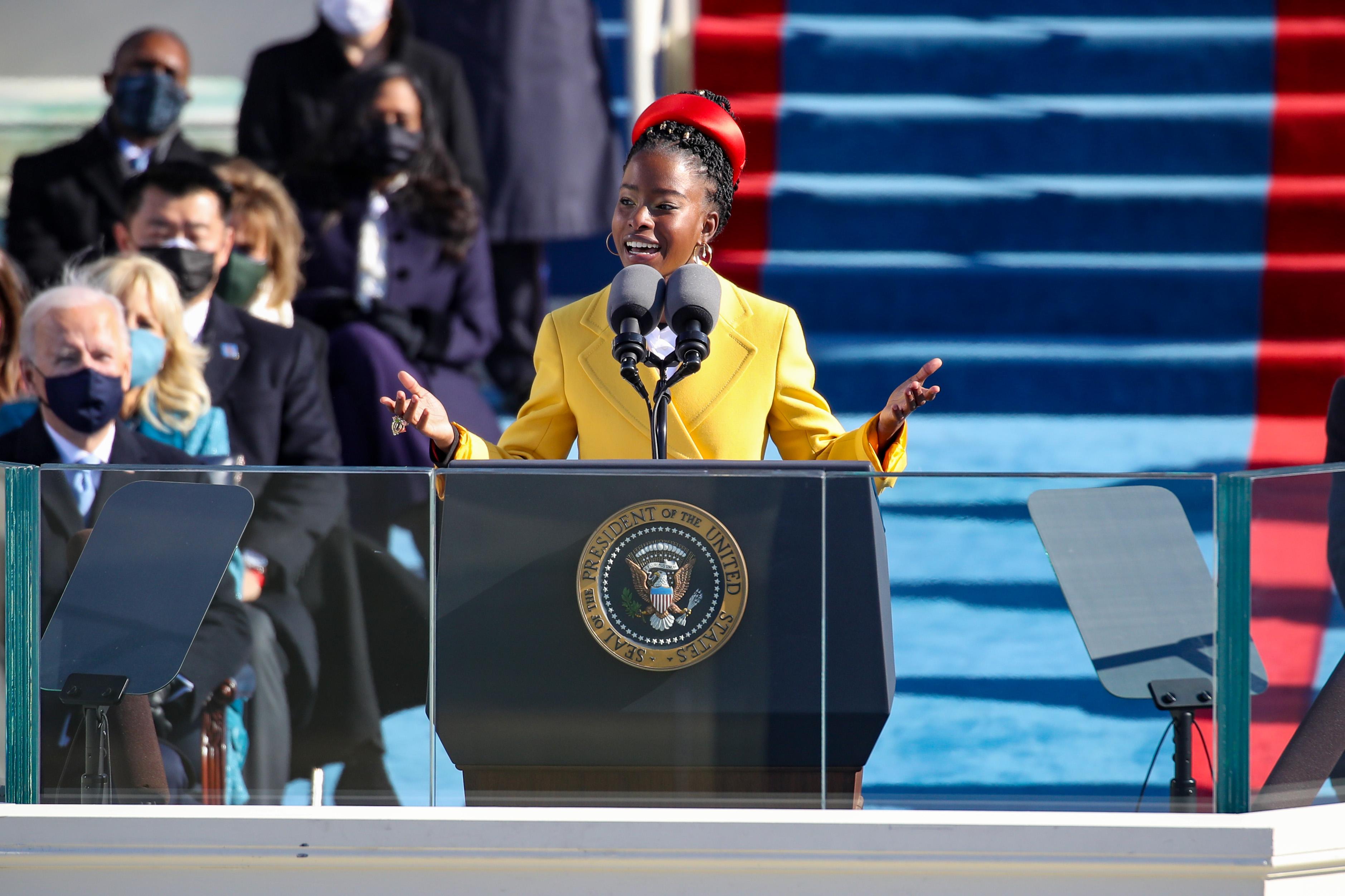Amanda Gorman, poeta laureada da juventude, durante cerimônia de posse de Joe Biden