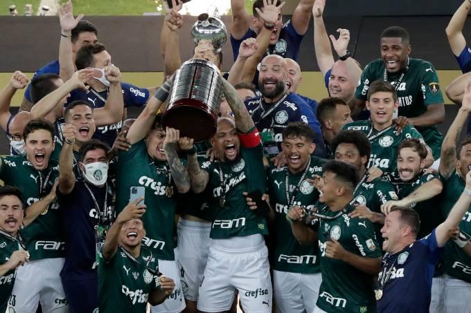 Felipe Melo e Gustavo Gómez erguem a taça da Libertadores no Maracanã