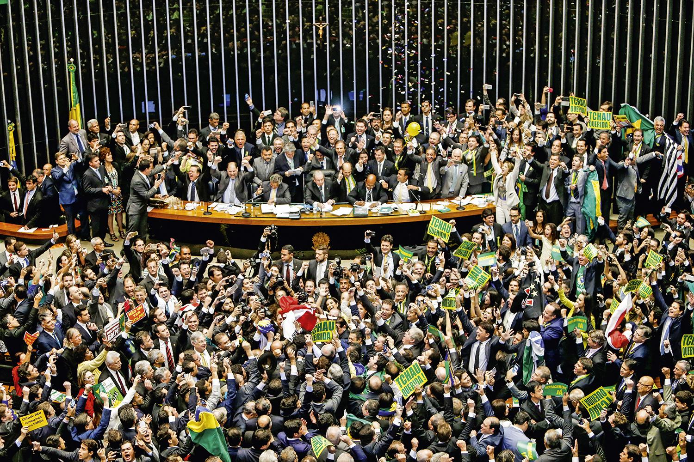 """""""TCHAU, QUERIDA""""- Deputados em festa: liderada por Eduardo Cunha, a Câmara abre processo contra Dilma -"""