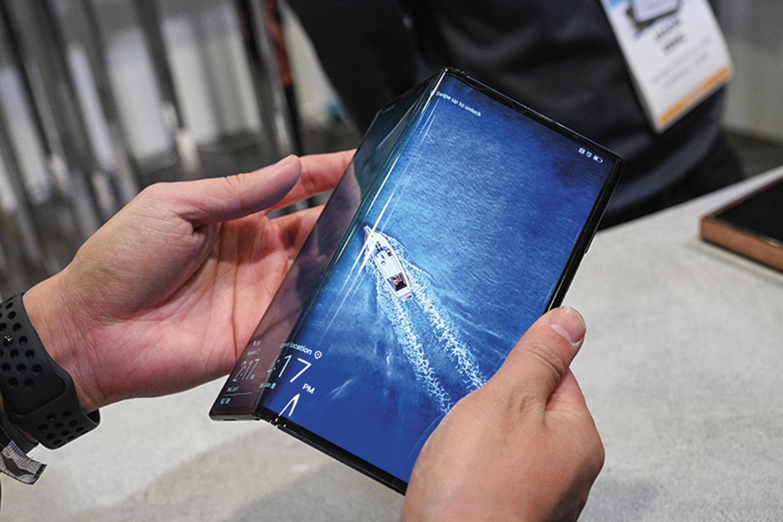 MATE X - A versão dobrável da big tech Huawei foi lançada na China em 2019 e apresentada na Consumer Electronics Show, em Las Vegas, em janeiro de 2020. Quando desdobrado, o aparelho parece um tablet de 20 centímetros na diagonal -