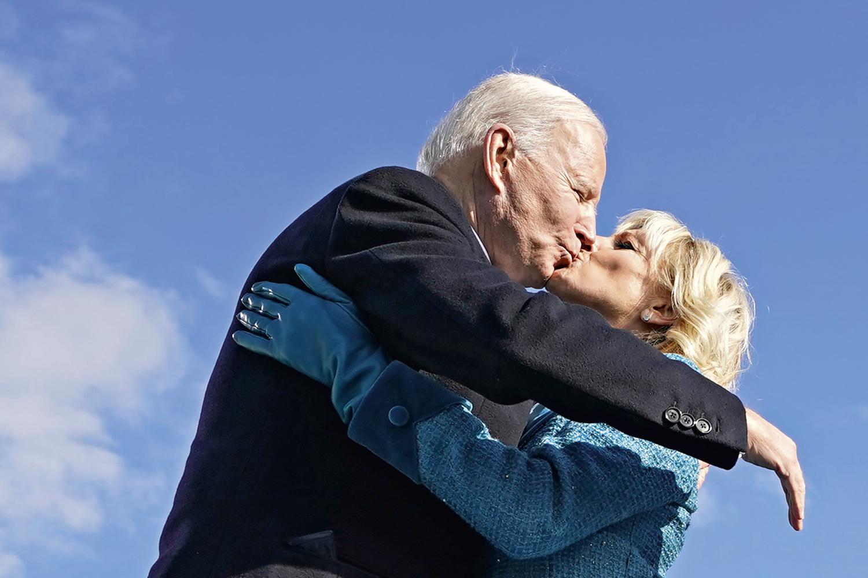 CARINHO -Abraço e beijo no dia da posse: casamento já dura quase meio século -
