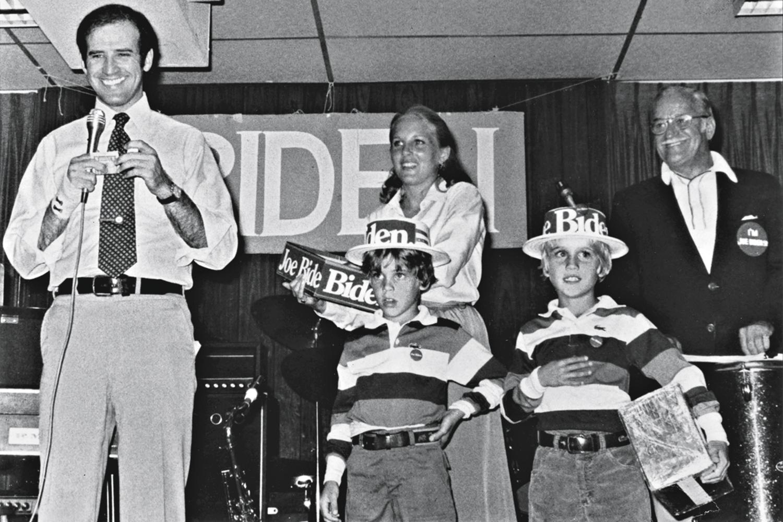 FAMÍLIA - Biden em campanha (1988), com os filhos e o pai: Jill criou os meninos -