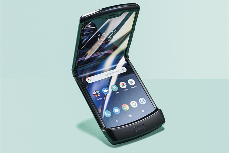 RAZR - O dobrável da Motorola, lançado em fevereiro de 2020, é o mais compacto de todos. Ao contrário de seus concorrentes, o objetivo é ganhar a dimensão de uma tela-padrão quando desdobrado. Seu design lembra os antigos flip phones -