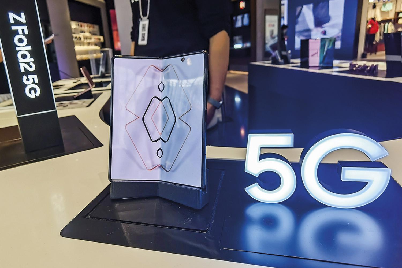 GALAXY Z FOLD - O smartphone dobrável da Samsung fez sua estreia em abril de 2019, enfrentando críticas por causa de quebra de tela e outras falhas no aparelho. Superada a dificuldade inicial, foi relançado com boa aceitação -