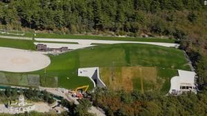 De acordo com vídeos de drones filmados pelo FBK, a propriedade possui um rinque de hóquei particular, igreja, anfiteatro e uma estufa de 2.500 metros quadrados.