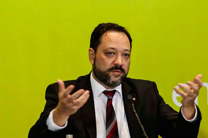 O presidente do Inep, Alexandre Lopes, participa da entrevista coletiva sobre o segundo dia de provas do Enem