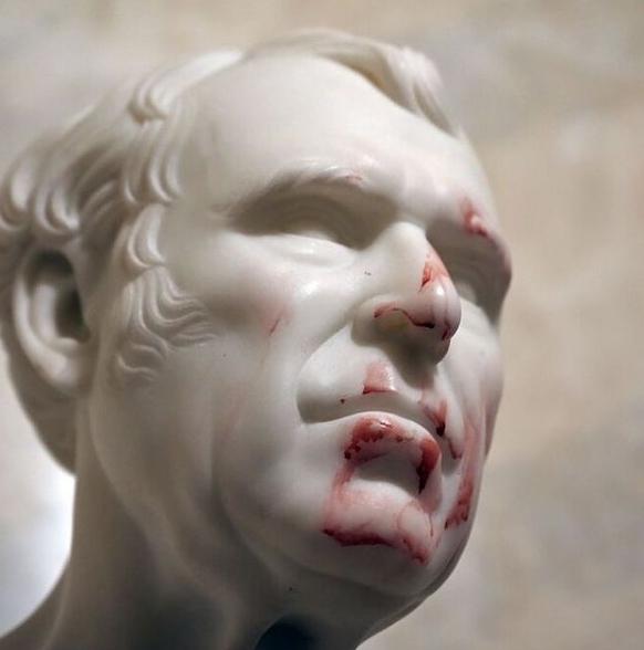 Busto de mármore do ex-presidente Zachary Taylor manchado de sangue após invasão ao Capitólio