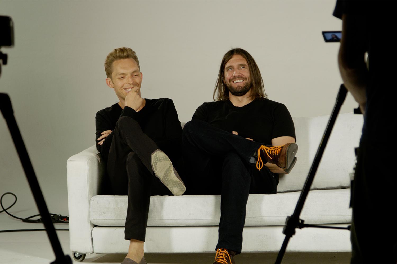 Joshua Fields Millburn e Ryan Nicodemus nos bastidores do documentário 'Minimalismo Já', da Netflix -