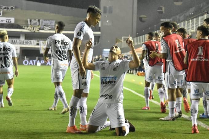 Pituca comemora o primeiro gol do Santos diante do Boca Juniors na Vila Belmiro