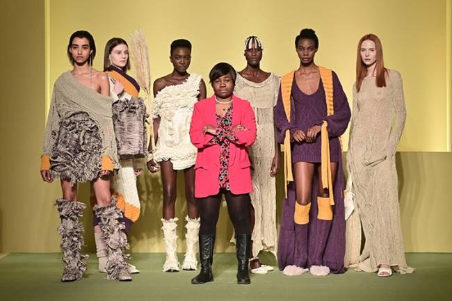A estilista camaronesa Claudia Gisele Ntsama (ao centro), do coletivo