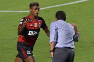 Bruno Henrique cumprimenta o técnico Rogério Ceni após gol no Morumbi -