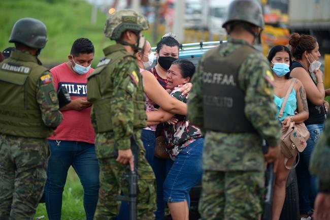 Familiares de presos aguardam notícias após rebelião dentro do presídio de Guayaquil, no Equador -