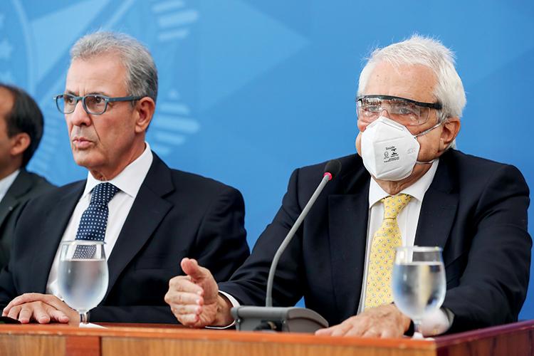 SAÍDA RUINOSA -Castello Branco (de máscara): até o trabalho remoto serviu de motivo para críticas de Bolsonaro -