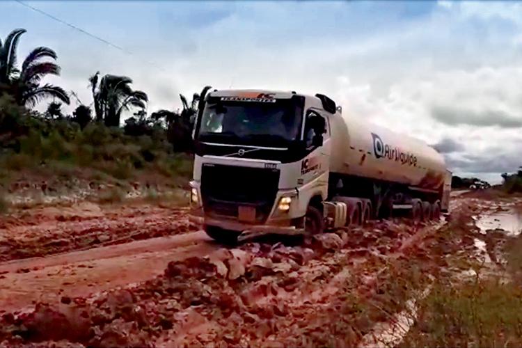 NA LAMA- Carga de oxigênio: caminhões tiveram de ser puxados por tratores -