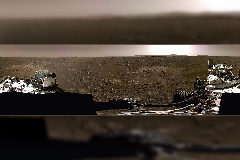 PANORAMA DE OUTRO MUNDO - Imagem inédita de 360 graus da superfície de Marte: montagem de seis fotos em alta resolução feitas pelo rover -