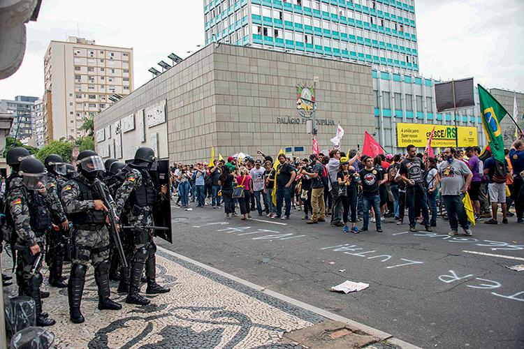 CLIMA HOSTIL -Greve de servidores em 2019: os salários foram postos em dia, mas a categoria critica a falta de reajustes -